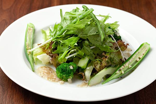 日本や世界で出会ったローカルな料理やドリンクを提供させていただきます。