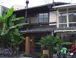 町屋を改装した京都のブックカフェ。