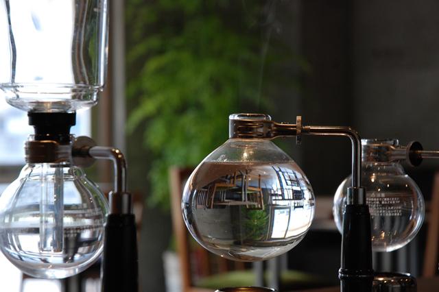 珈琲本来の味わいをすっきりと表現することができるサイフォン式抽出にこだわり、 一杯ずつ丁寧に抽出いたします。