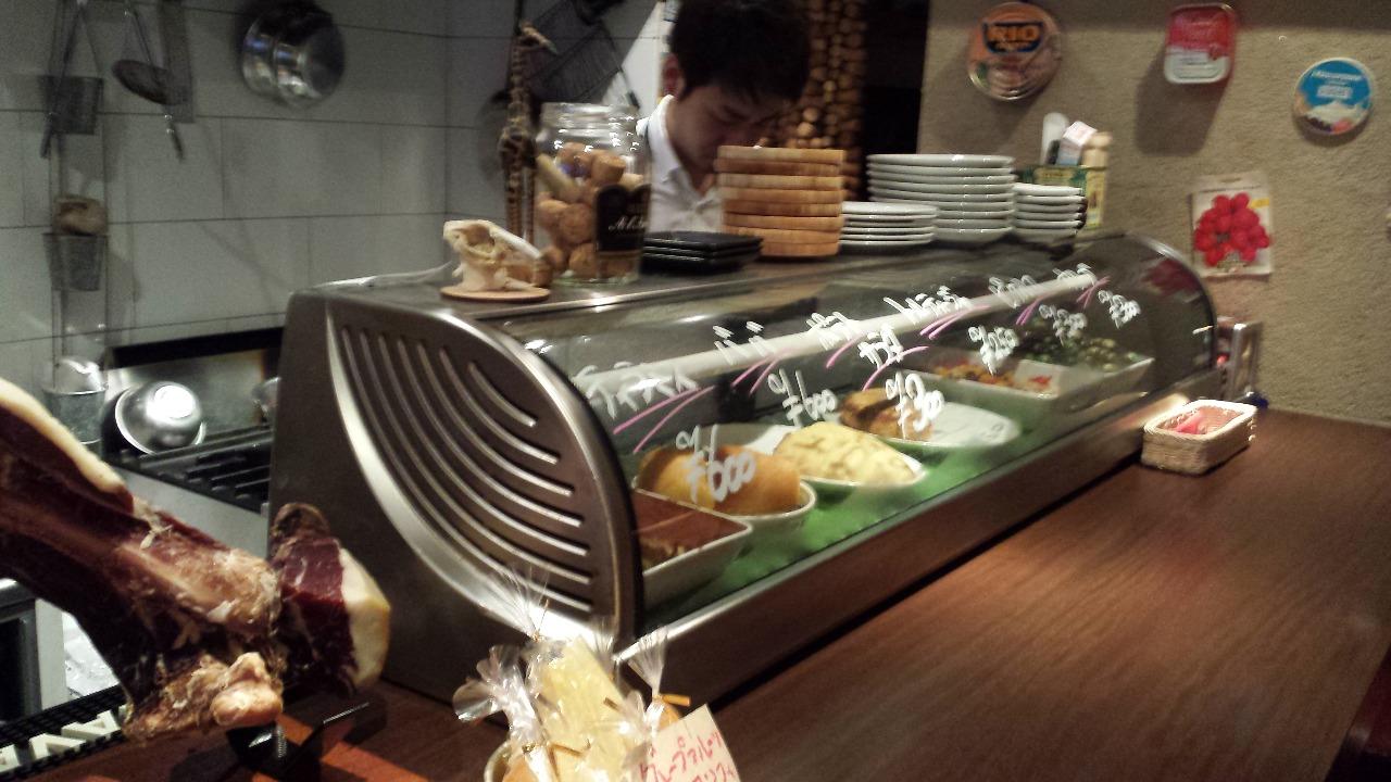 料理大好きなシェフが作る北海道の旬な食材を使ったメニューと、各国の美味しいワイン。