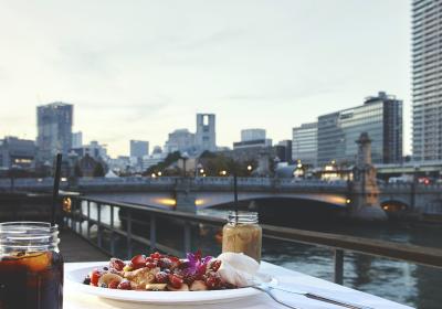 都会にいながら川を眺め、屋外でのゆったりとしたお食事をお楽しみください。