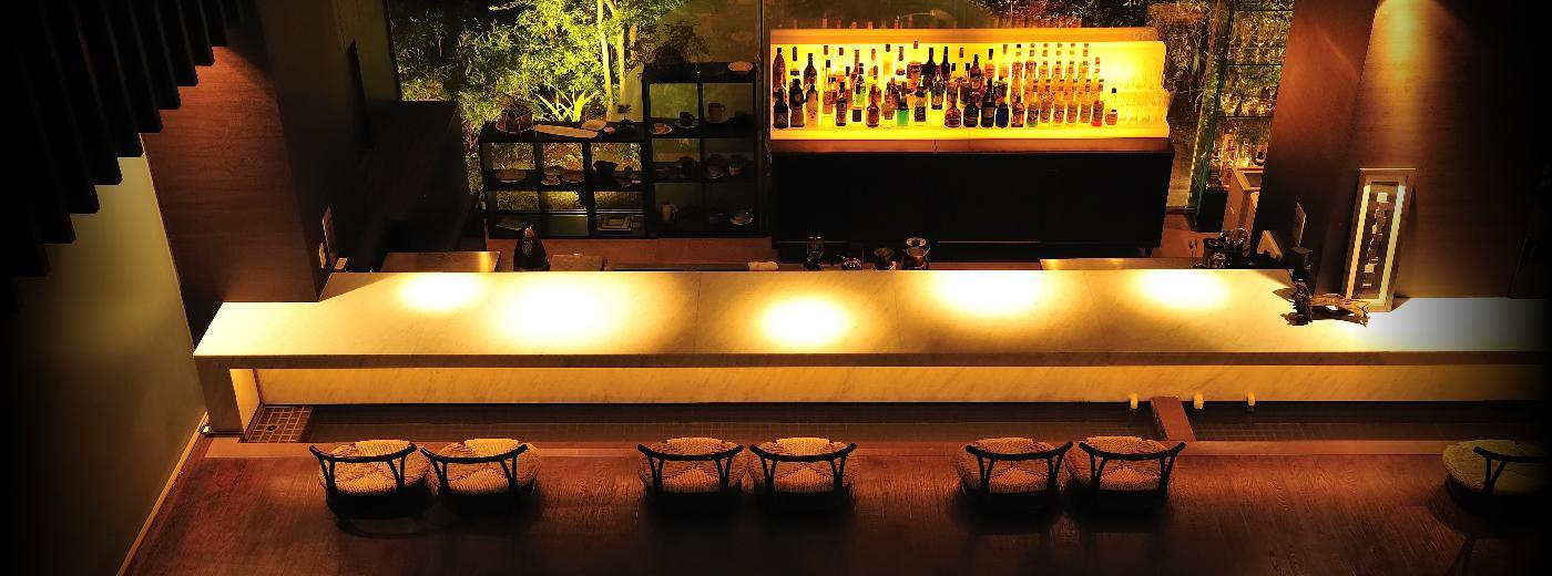 慎ましやかで瀟洒な趣のエントランスをくぐると 採光豊かな大空間に設えた「待宵」がお迎えします。