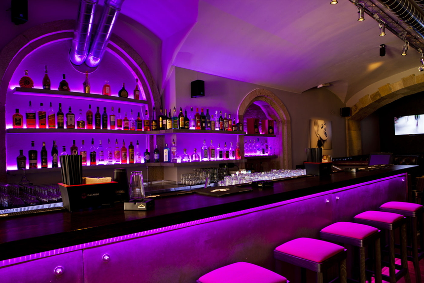 LOCA cafe bar – stylový podnik na Smetanově nábřeží v Praze s výhledem na Karlův most a Hradčany hned naproti disco Karlovy Lázně.