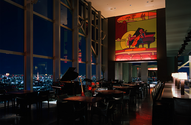 マンハッタンの摩天楼を彷彿とさせる最上階52階。ドラマティックに光輝く東京の夜景を眺めながら、ダイナミックな歌声による数々のナンバーをお楽しみください。