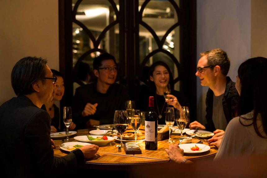 環地中海料理を楽しむ表参道のリゾート空間。 アジアを感じる神秘的な雰囲気と、 テラス席やプールなど開放的な空気が漂う ヨーロピアン・コロニアルなレストラン